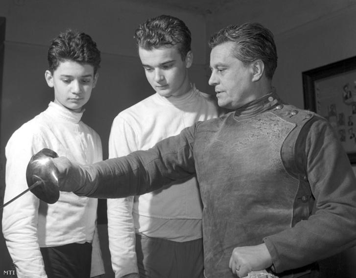 Gerevich Aladár, a magyar vívósport nagy egyénisége fiait: Palit (b) és Gyurit tanítja a vívásra 1964. március 12-én, Budapesten