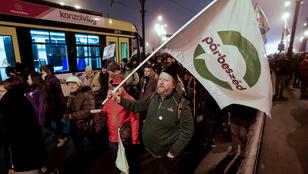 Élő közvetítés a vonuló tüntetőkről
