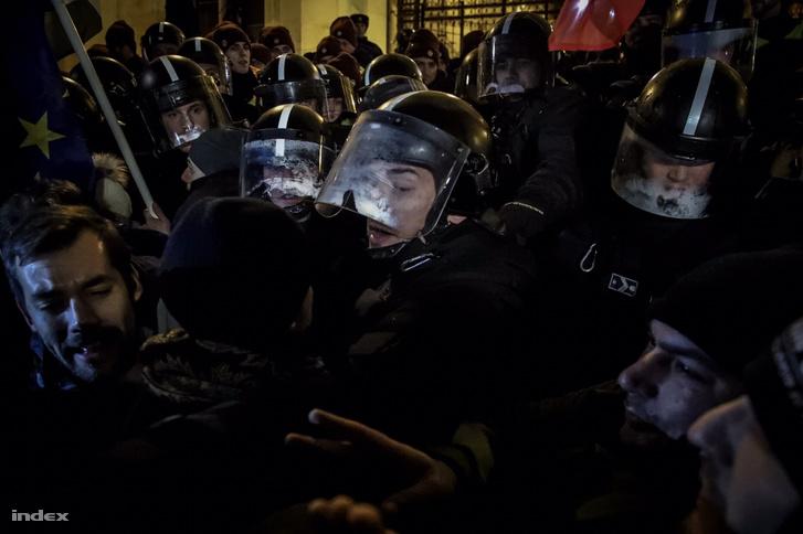 Rendőrök és tüntetők 2018. december 12-én, a Kossuth téren