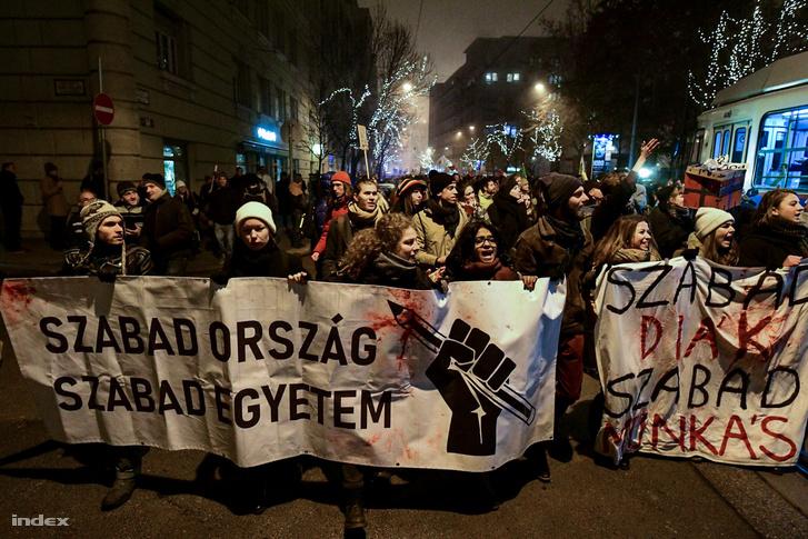 A több mint ezer fősre duzzadó, főként fiatalokból álló tömeg dobosok vezetésével elindult a Margit híd felé a Balassi utcában.