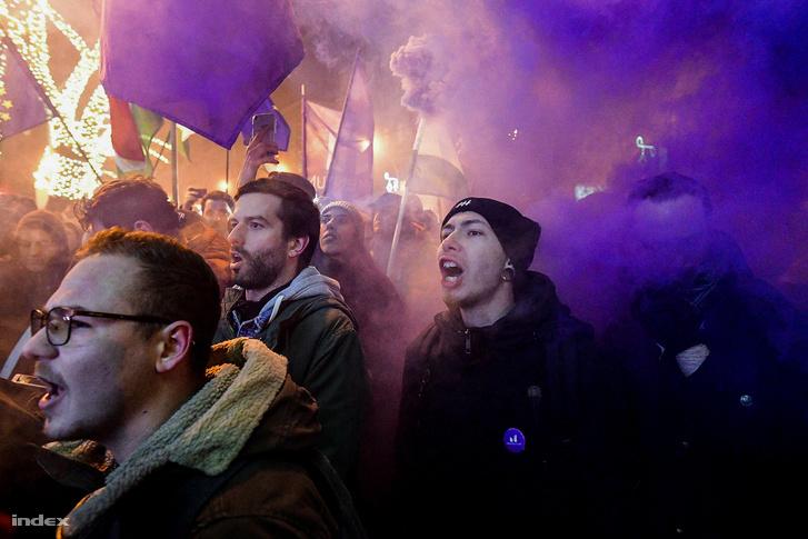 A Momentum elnöke, Fekete-Győr András is tüntetőkkel vonult és skandált.