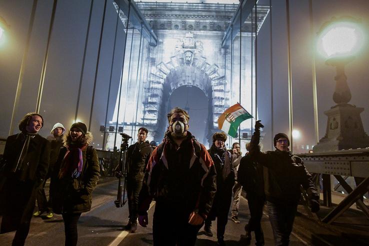 A tüntetők a Bem rakparton egészen a Lánchídig vonultak, ott pedig visszasétáltak Pestre.
