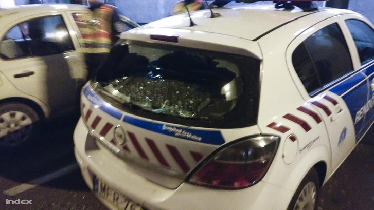 Rendőrautó betört szélvédője a Szalay utcában