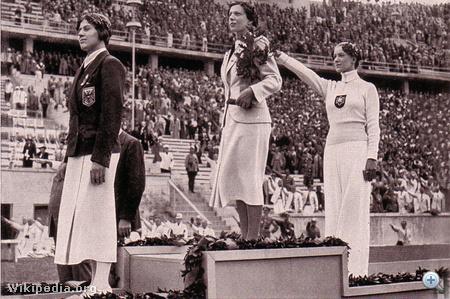 Elek Ilona az 1936-os berlini olimpia eredményhirdetésén