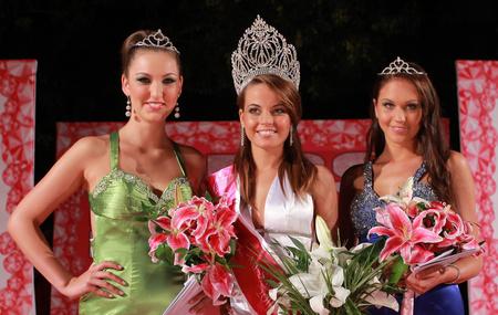 A nyertes és udvarhölgyei: Horváth Bianka, Virágh Nóra és Makk Andrea (fotós: Paprika Krisztián - Miss International Casting Director)