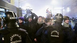 Csak akkor engedték el a körbezárt tüntetőket, ha kamerába mondták az adataikat
