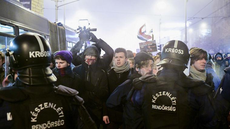 Egy tüntetőt akartak előzetesbe tenni, de végül szabadlábra került