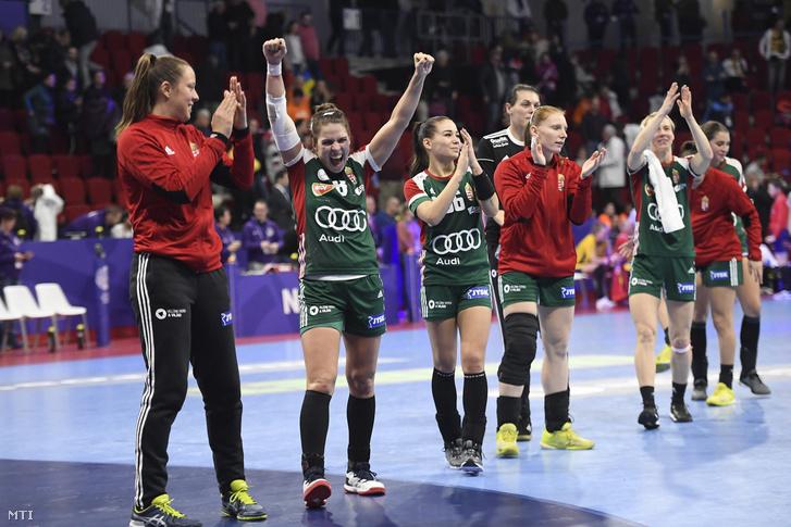 A magyar csapat játékosai, miután 31-29-re győztek a román válogatott ellen a franciaországi női kézilabda Európa-bajnokság középdöntőjének negyedik fordulójában 2018. december 12-én