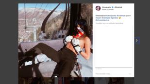 Vajna Tímea letolt nadrágban, melltartó nélkül pózol egy sífelvonó kabinjában, és a vele utazó síelő le is fotózta
