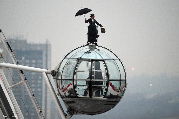 Mary Poppins kaszkadőre a London Eye tetején 2018. december 12-én Northfoto