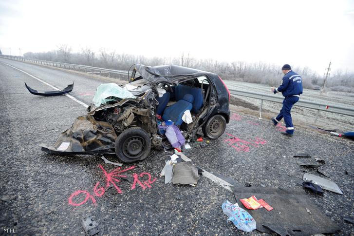 Összetört személygépkocsi miután frontálisan ütközött egy másik autóval az 1-es főúton Bicskénél 2018. december 14-én.