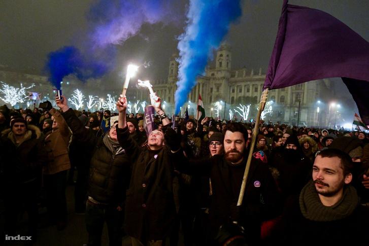 A tüntetők füstgránátokkal a Kossuth téren
