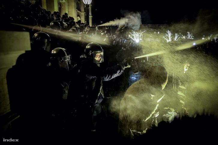Rohamrendőrök könnygázzal próbáljak oszlatni a tömeget a Kossuth téren