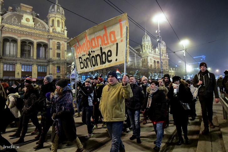 Tüntetők vonulnak a Nyugati pályaudvar előtt