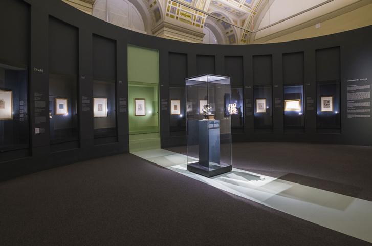 A kiállítás a helyreállított Michelangelo-teremben kapott helyet, amit korábban a múzeum könyvelése használt.