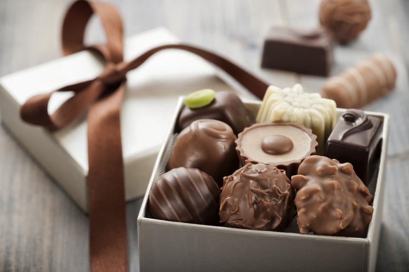 Talán az egyik legegyszerűbb, mégis legnagyszerűbb ajándék a házi készítésű bonbon. Bármilyen gyümölcsöt, krémet, fűszert belecsempészhetsz a csokoládéba, és egyedi, különleges ízeket hozhatsz létre a rokonod, barátod ízlésének megfelelően.
