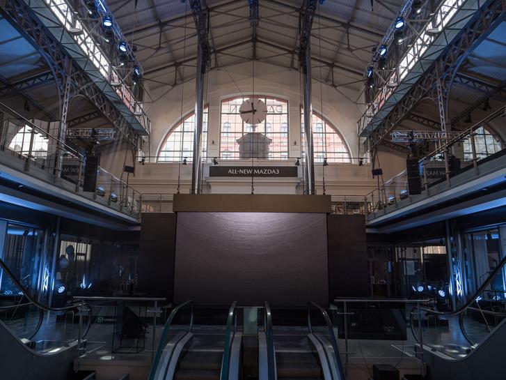 A régi vásárcsarnok egyszer még le is égett, a felújítás óta méregdrága dizájnboltokkal van tele, a nagy fekete doboz alatt lapul az új hármas