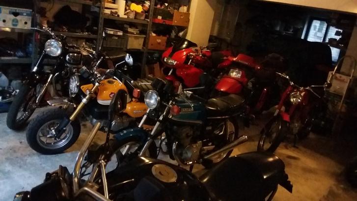 Van, hogy ilyen sok motor lakik a garázsban