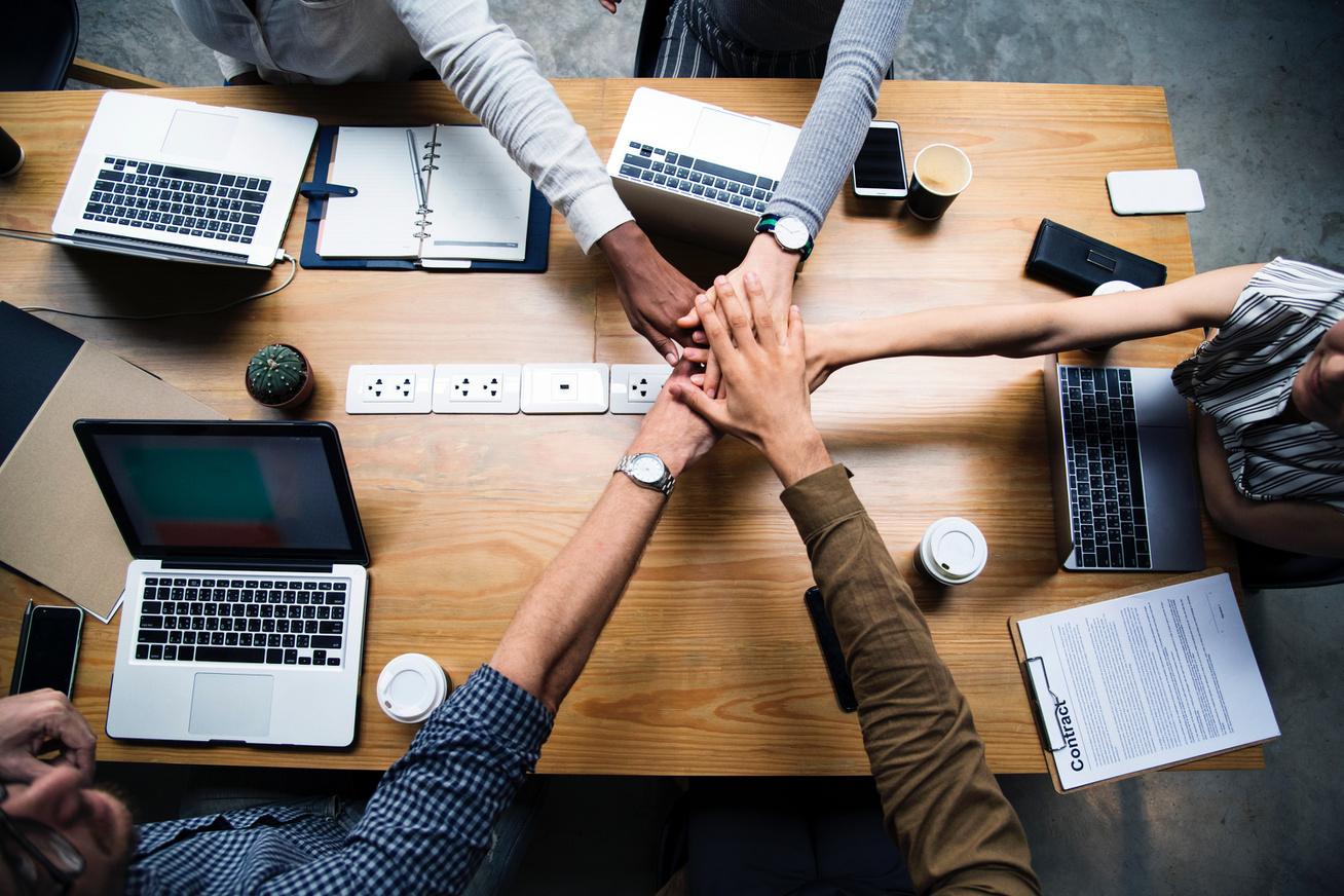 iroda munkahely munka kollégák íróasztal (2)