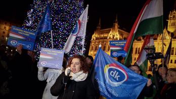 Élőben közvetítünk az összellenzéki tüntetésről a Kossuth térről