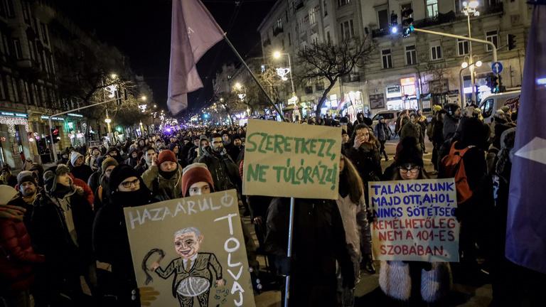 Ismét több ezres tömeg, ismét rendőrségi könnygáz: harmadik tüntetés a túlóratörvény ellen