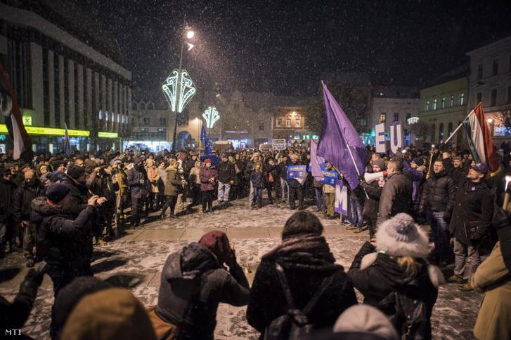 A Fáklyás felvonulás a rabszolgatörvény ellen! címmel meghirdetett kormányellenes demonstráció résztvevői Pécsen 2018. december 14-én.