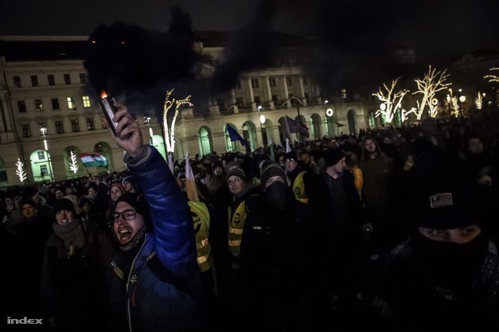 Visszatértek a tüntetők a Kossuth térre