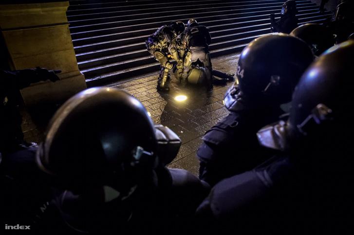 Valaki keménykedett elől, kiemelték a rendőrök, ezután többen üvegekkel kezdték dobálni a rohamrendőröket.