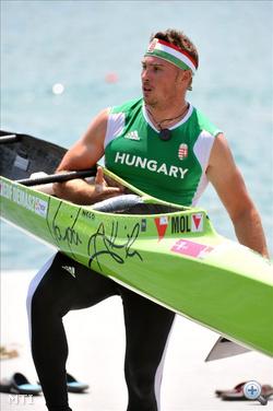 Belgrád, 2011. június 18. Vajda Attila kenus a partra viszi a hajóját, miután a 8. helyen ért célba a C-1 1000 méteres döntőjében a kajak-kenu Európa-bajnokságon