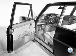 W108-as belső, műbőr ajtókárpittal