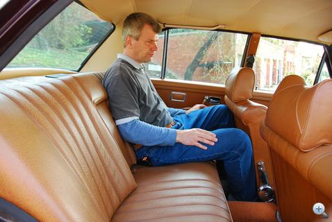 Érdekes, de a W108-asok hátsó üléseinél nem valami hatalmas a lábtér. Bezzeg a W109-esekben...
