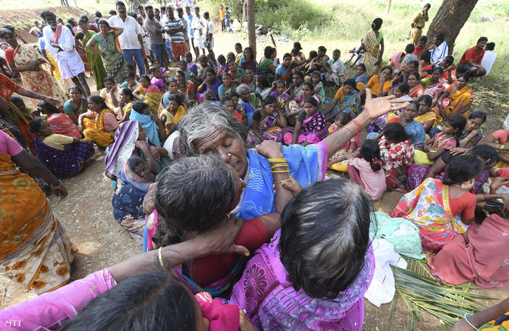 Ételmérgézésbe belehalt hozzátartozóikat gyászolják nők a dél-indiai Karnátaka állambeli Bidarahalli faluban 2018. december 15-én.