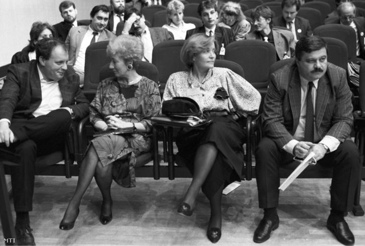 1990. március 3. Földes György, Kósáné Kovács Magda és Csehák Judit, a Magyar Szocialista Párt képviselői és Nagy Sándor, a Szakszervezetek Országos Tanácsának elnöke (b-j) a Magyar Szakszervezetek Szövetségének alakuló kongresszusán a Budapesti Kongresszusi Központban.