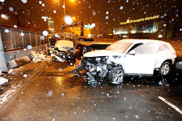 Elszállítanak egy összetört autót, miután az M3-as autópálya bevezető szakaszán, a Pongrác úti felüljáró közelében áttért a szemközti sávba, és összeütközött egy másik személygépkocsival 2018. december 15-én.