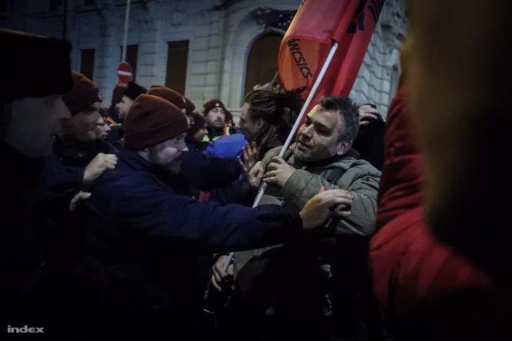 A Kossuth térről vonult a tömeg a Lendvay utcához, ahol áttörtek a rendőrökön, és páran elkezdtek felmászni az épületre.