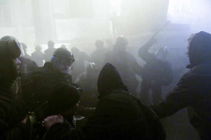 Egy tüntetőt a lépcsőnél ki akartak emelni a rendőrök, de együtt elestek. Utána az előrenyomulók ellen gumibotot is használtak.
