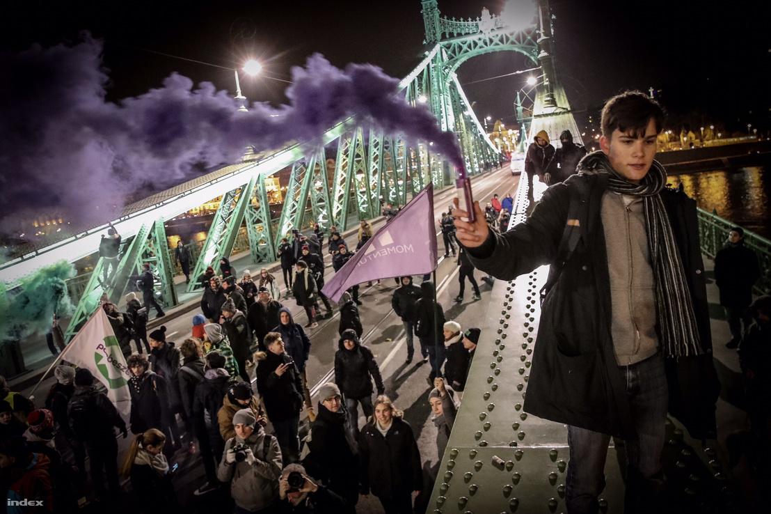 Agresszív politikai aktivisták a Szabadság hídon