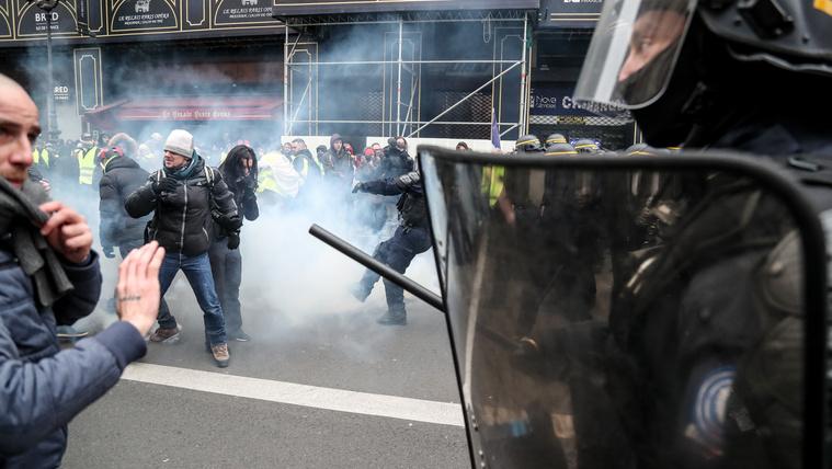 Dulakodtak a rendőrökkel a francia sárgamellényesek
