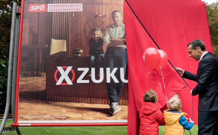 Képünk illusztráció (2017. október 15-i parlamenti választások előtt mutatja gyerekeknek választási plakátját Christian Kern osztrák kancellár)