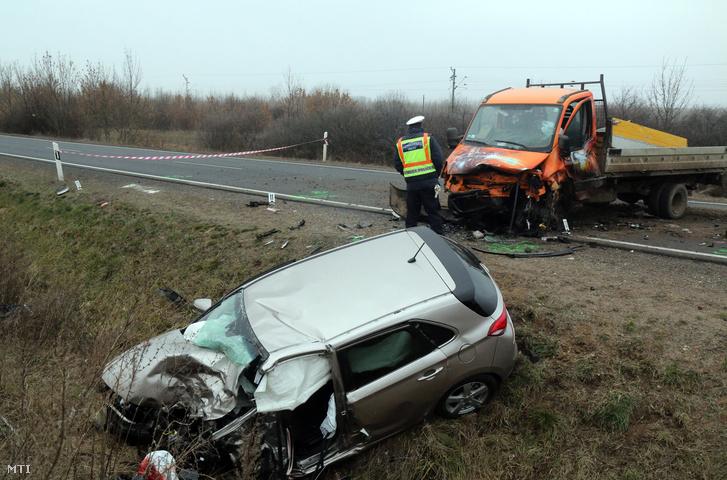 Összeroncsolódott személyautó és kisteherautó mellett helyszínelnek rendőrök a 3-as főúton a Borsod-Abaúj-Zemplén megyei Méránál 2018. december 15-én.