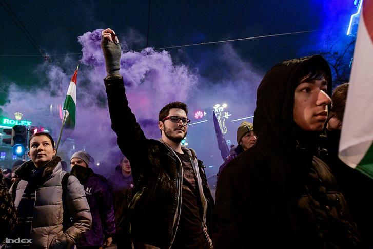 Színes füstöt a tüntetők is alkalmaztak az utóbbi tüntetéseken
