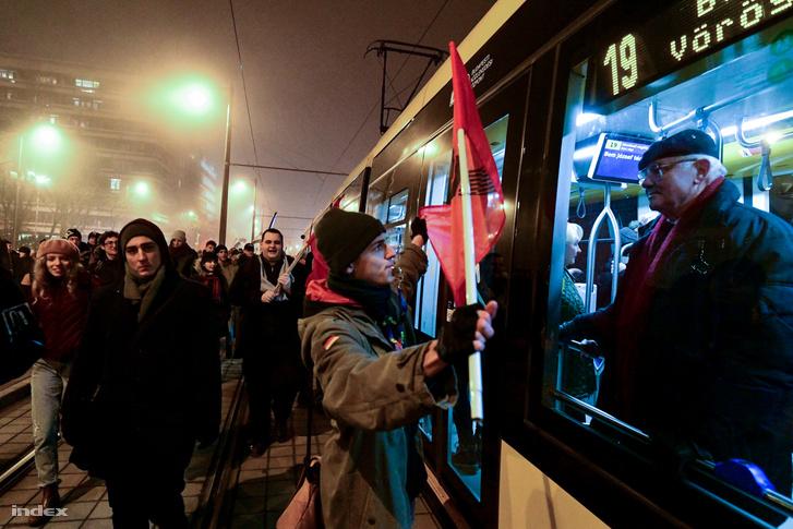 """Az autók között vonuló tüntetők azt kiabálták: """"Aki dudál, velünk van!"""", amire több autós dudálással válaszolt."""