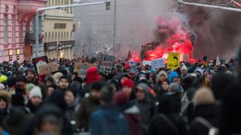 Sok ezer ember tüntetett Ausztriában a Kurz vezette kormány ellen