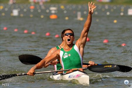 Tóth Dávid (elöl) és Kulifai Tamás örül, miután a kajak párosok versenyében 500 méteren aranyérmet nyert
