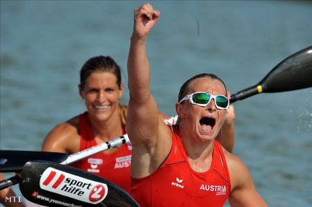 Az osztrák Viktoria Schwarz és Yvonne Schuring (b-j) örül, miután a női kajak párosok versenyében 500 méteren aranyérmet nyert