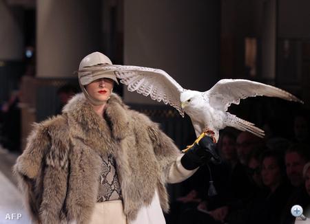 Hermes: szőrme, bőrsapka, élő madár, ez a divat.