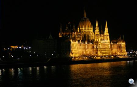 A Parlament sarkától kezdődik a sötét Pest