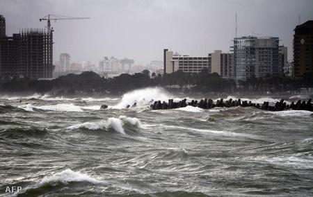 Pusztító hullámok Santo Domingo partjainál