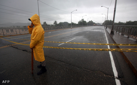 Lezárt híd San Cristobalban - az erős szél és a heves esőzések miatt nem lehet átkelni a Sanchez hídon