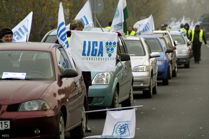 A LIGA szakszervezeti szövetség félpályás útlezáró demonstrációja 2011. november 4-én.